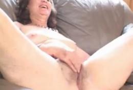 Весёлая старушка мастурбирует до экстаза
