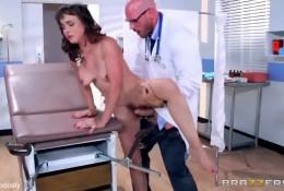 Доктор лечит пациентку оргазмами